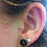 tragus-piercing-triple-gem
