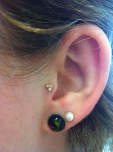 tragus-piercing-triple-gem