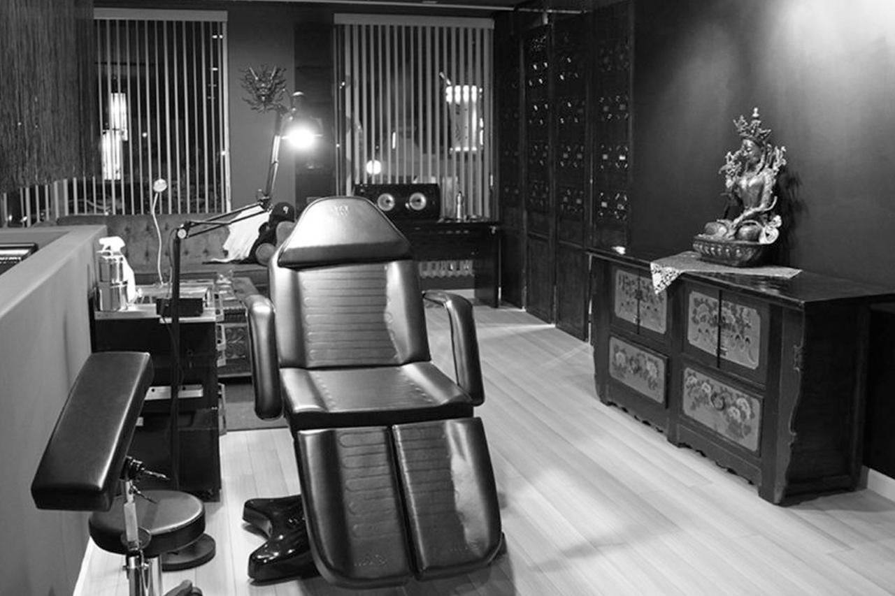 piercing studio chair